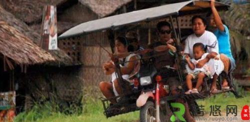 """菲律宾将摩托车改成""""土飞机"""" 一次能拉八个游客"""