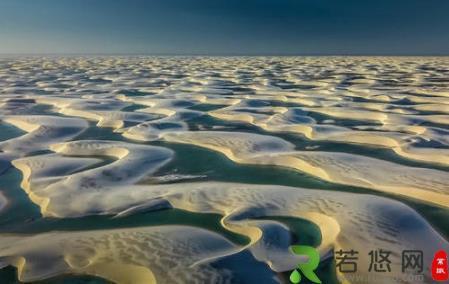 全球最美假沙漠海岸奇观 百里沙漠里能游泳