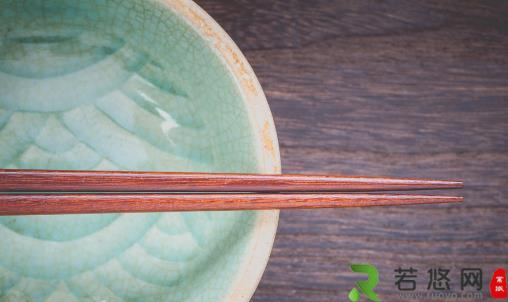 变色筷子别再用 闻一闻看一看辨别筷子过期没