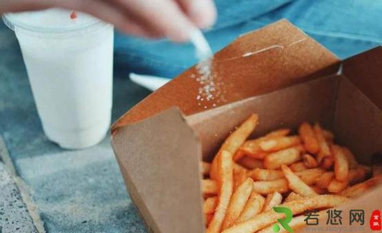 低盐饮食是不是健康饮食习惯 炒菜时可适量放盐但不要过度