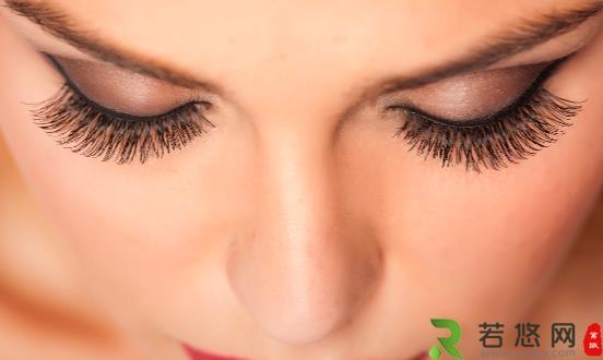 选对假睫毛打造迷人亮眼 究竟怎样正确配戴假睫毛呢