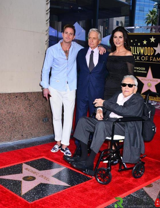 好莱坞黄金时代最后的传奇 柯克·道格拉斯曾获奥斯卡终身成就奖
