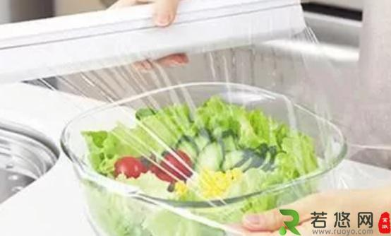 用保鲜膜来保护食物 保鲜膜的正确使用方法