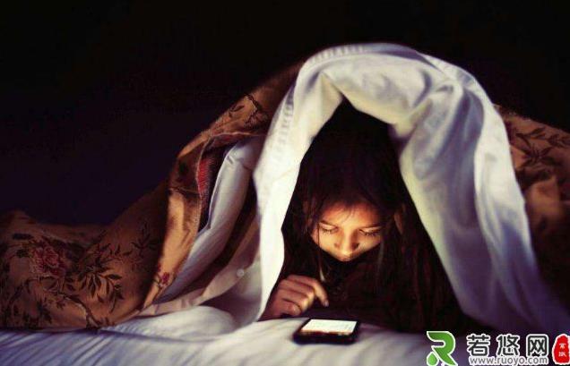 为什么手机是睡眠杀手?习惯性睡前玩手机、长期熬夜玩手机的危害
