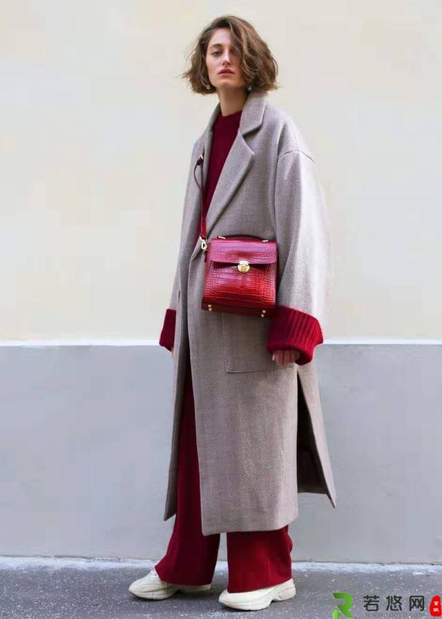 酒红色宽松毛衣 灰色外套