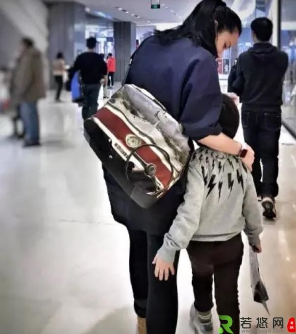 靳东43岁妻子罕露面!素颜毫无影后风范,独自带娃看病成家庭主妇